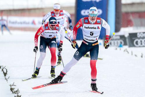 Simen Hegstad Krüger går i mål til seier på 5-mila under verdenscupen i Engadin 2021 med Atomic Redster S9 Gen S under føttene. Foto: Modica/NordicFocus.