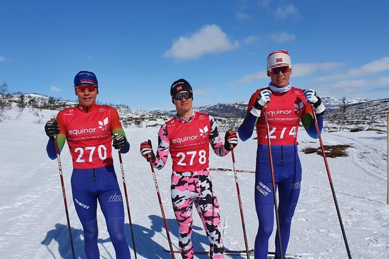 Herrenes seierspall i Auversvatn Rundt 2021. Fra venstre: Mathias Holbækk (nr. 2), Johannes Lønnestad Flåten (1) og Bård Olav Medhus (3). Arrangørfoto.