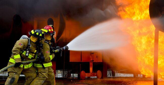 Bildet viser brannmenn in action.