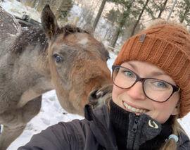 Anne-Rebekka Kulseng-Hansen og en nysgjerrig firbeint hjemme på Sæteråsen stall og rideskole. Foto: privat