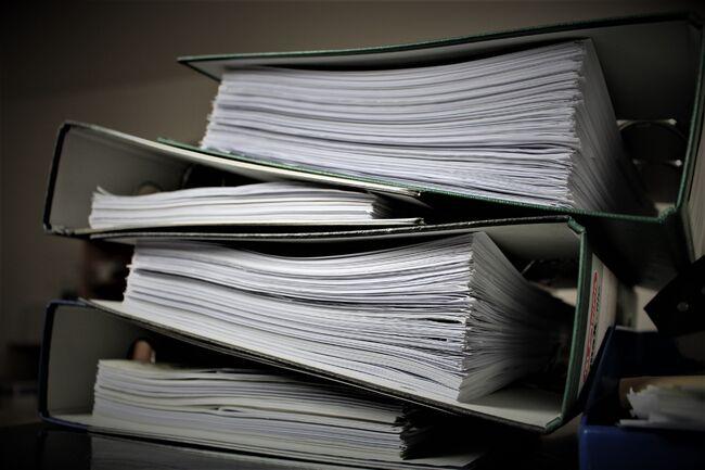 Bildet viser permer med papirer