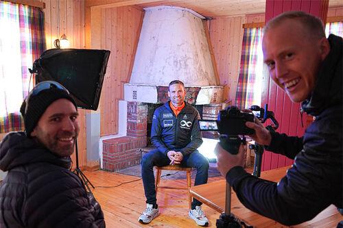 Erik Jensen Liland (tv) og filmskaper Sebastian Loraas lager film om Kobberløpet. Her intervjuer de Niklas Dyrhaug. Foto: Kobberløpet.