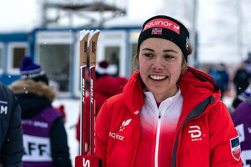 Margrethe Bergane etter seier og gullmedalje på 15 km under Junior-VM i Vuokatti 2021. Foto: Tomi Mäkipää / Loru Creative.