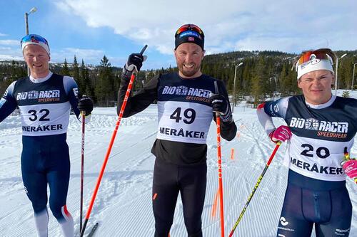Seierspallen for herrer i Grovamila 2021. I midten Emil Iversen som vant det hele. Han er flankert av pallgutta Geir Kristian Hoås og Karsten André Vestad. Foto: Geir Haugen.