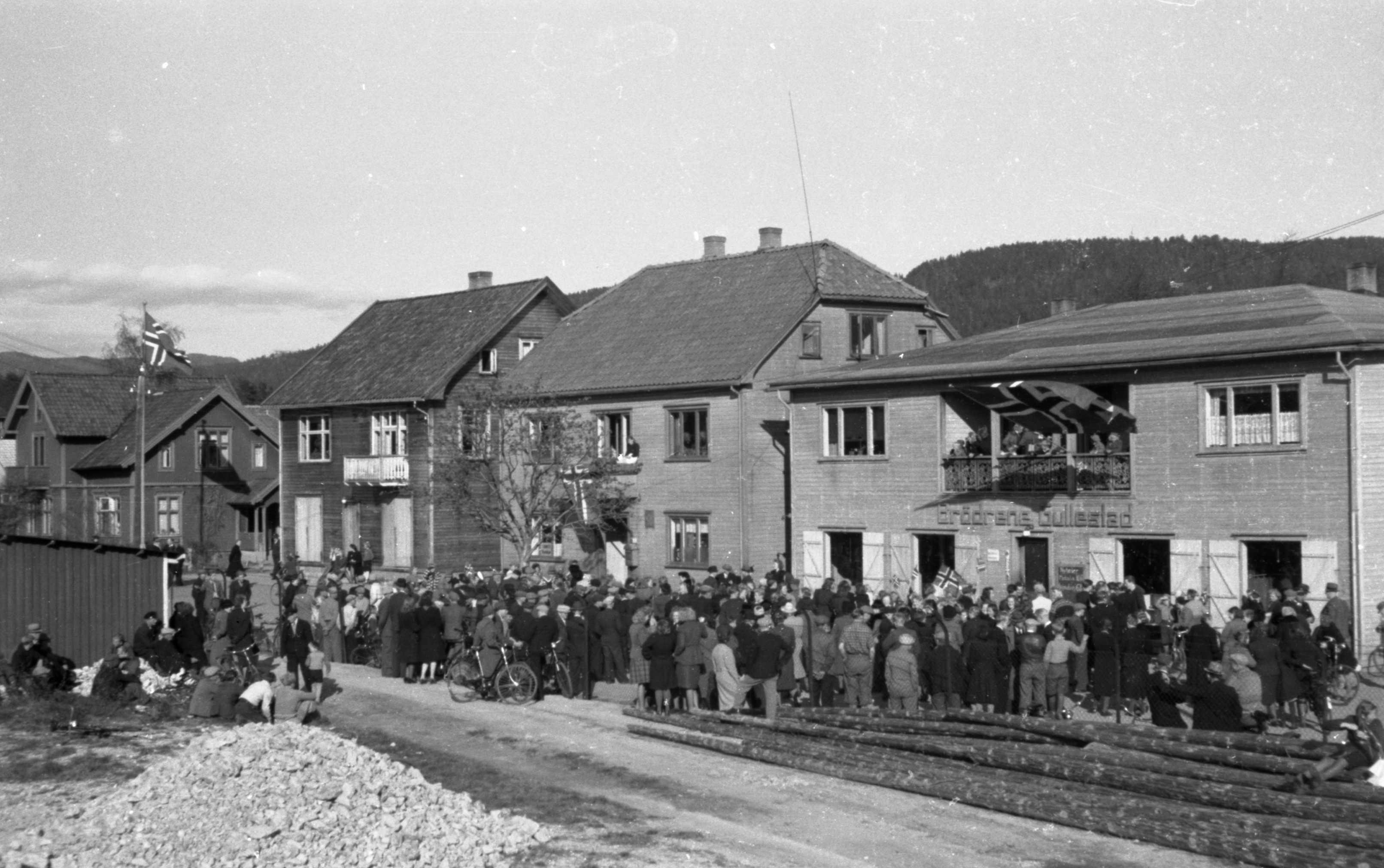 Fredsdagane i mai 1945 på Evje. Brødrene Gullestad sin butikk, Feltspathaug.