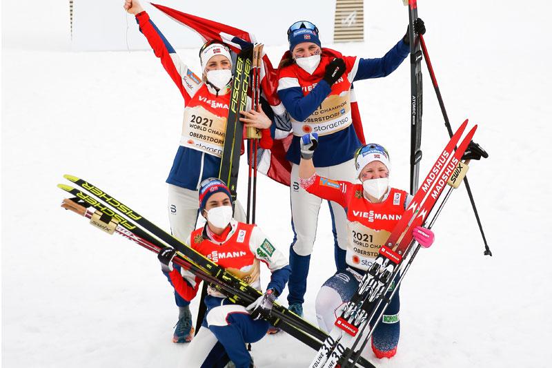 Det norske verdensmesterlaget på stafetten under VM i Oberstdorf 2021. Etapperekkefølgen var Tiril Udnes Weng, Heidi Weng, Therese Johaug og Helene Marie Fossesholm. Foto: Modica/NordicFocus.