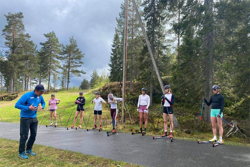 Fellestrening i Konnerud IL hvor trener Lage Sofienlund inngår i støtteapparatet. Foto: Mads Madsgård.