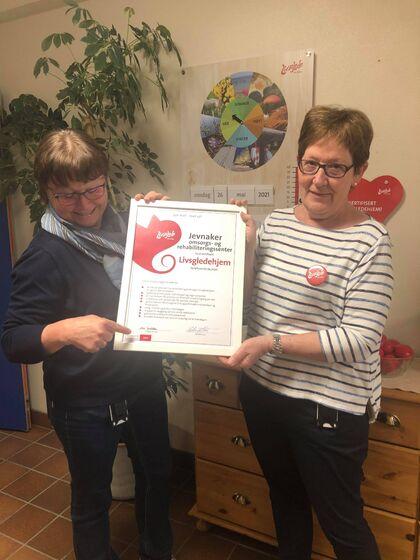 Bildet viser Anne Synnøve Sørli og Astrid Westby ved JORS med diplomet som viser resertifiseringen.
