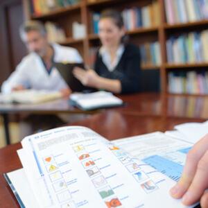 AVLYSTE EKSAMEN: Bildet viser en elev som forbereder seg til muntlig eksamen. foto: colourbox