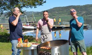 Bildet viser kommunstyrerepresentantene Bård Bobby Brørby, ordfører Morten Lafton og Harald Antonsen spise pølser.