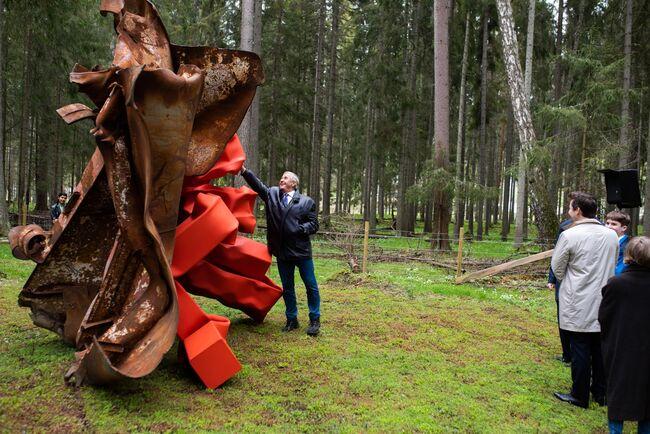 Bildet viser skulpturen til Carol Bove da den blir avduket av Christen Sveaas.