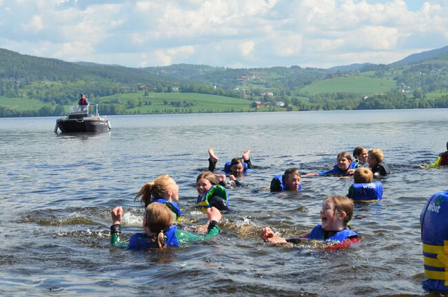 Bildet viser elever fra Toso i vannet