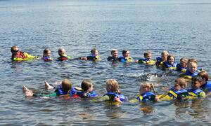Bildet viser elever fra Toso skole i vannet