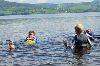 Bildet viser Noah og Jørgen i vannet.