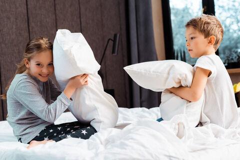 MODERASJON: Bildet viser søsken som leker putekrig.