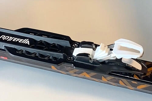 Rottefellas nye rulleskibinding, med det hvite grepet. Produsentfoto.