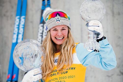 Jessie Diggins med krystallkuler som viser at hun var best i verdenscupen gjennom sesongen 2020/2021. Foto: Modica/NordicFocus.