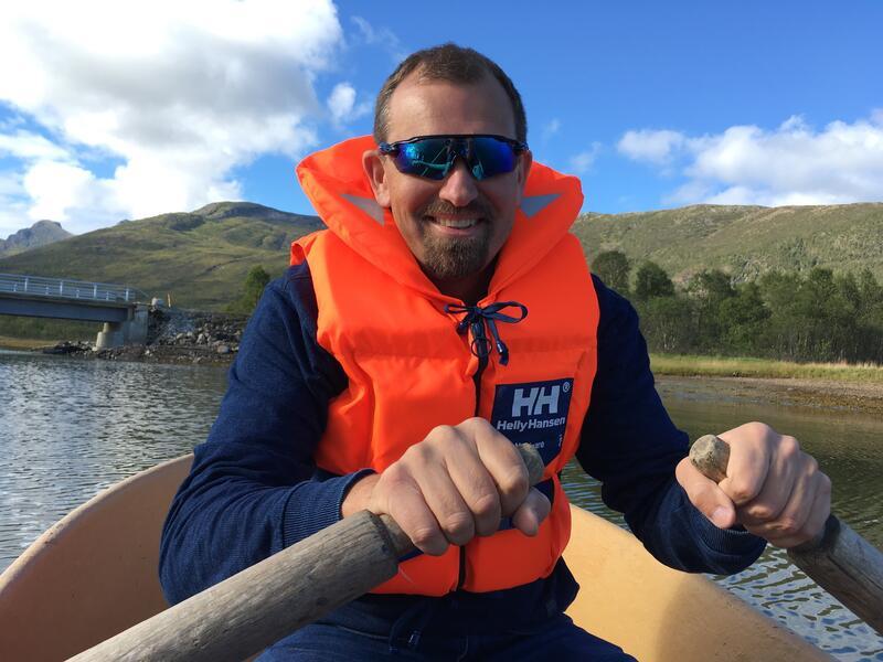 ØNSKER GOD SOMMER: FUG-leder Marius Chramer avbildet i båt med redningsfest og solbriller. foto: privat