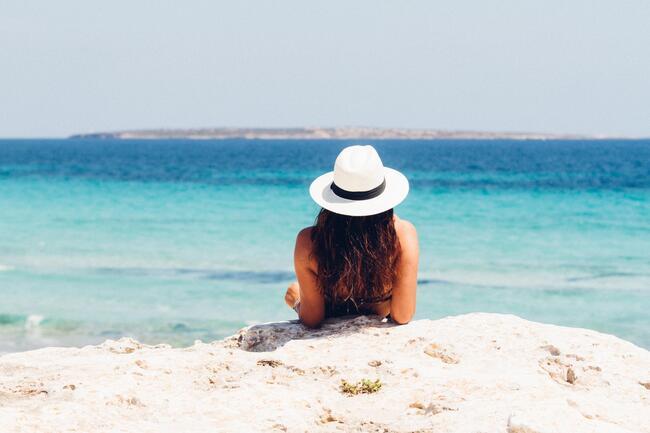 Bildet viser en dame som ser utover havet