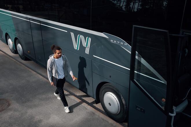 Bildet viser en mann som skal ombord i en buss