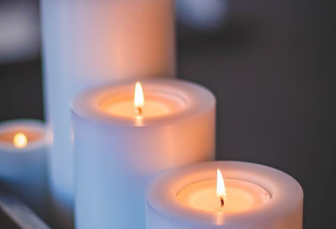 Bildet viser kubbelys som brenner