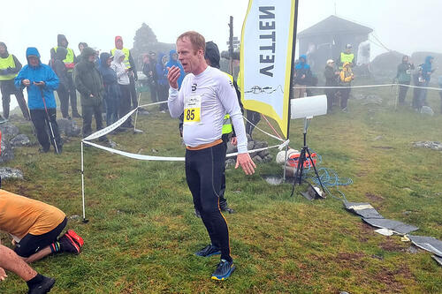 Bjørn Dæhlie har akkurat gått i mål i Vetten Opp i Bø i Vesterålen. Foto: Perovehovland@yahoo.com / Per-Ove Hovland.