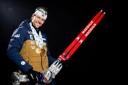 Sturla Holm Lægreid med VM-medaljer og krystall for verdenscupen totalt. Foto: Manzoni/NordicFocus.