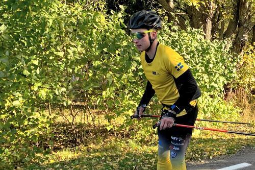 Johannes Eklöf trente 1100 timer i fjor. Mange av dem stakende på rulleski. Foto: Johan Trygg/Längd.se.