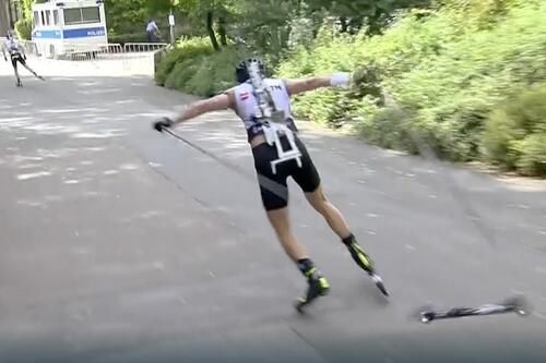 Her krasjer Tarjei Bø når rulleskbindingen åpner seg underveis i rulleskiskytingen i Wiesbaden. Skjermdump: NRK