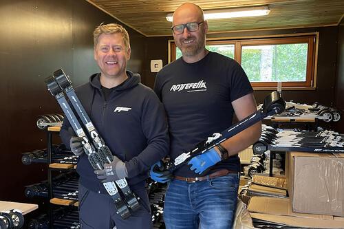 Henrik Lindhagen i FF Rollerskis AS  (til venstre) og Espen Berglund i Rottefella bytter låsgrep på 430 rulleski før helgas runde i FIS rulleskiverdenscup i Latvia. Foto: Privat