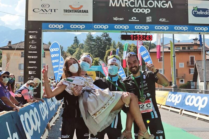 Over målstreken i Cavalese som vinnere av herreklassen i Marcialonga Running-stafetten. Foto: Team Coop Norge