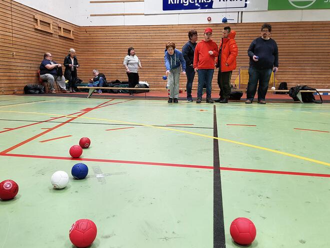 Bildet viser barn som ikke er funksjonsfriske drive idrett i en hall