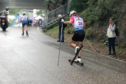 Natalia Nepryaeva holdt på å krasje like før målstreken i oppgjøret om VM-medaljene på 15km klassisk under rulleski-VM i Val di Fiemme. Foto: Jostein Olafsen