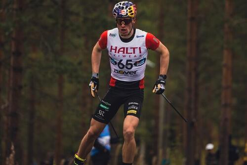 Iivo Niskanen underveis på 16 kilometer fri teknikk i det finske mesterskapet på rulleski. Foto: Loru Creative / Vuokattisport
