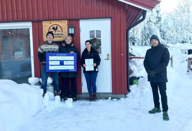 Bildet viser Liza og Lennert i Lizas Småbruk som vant miljøprisen til Jevnaker kommune for 2020.