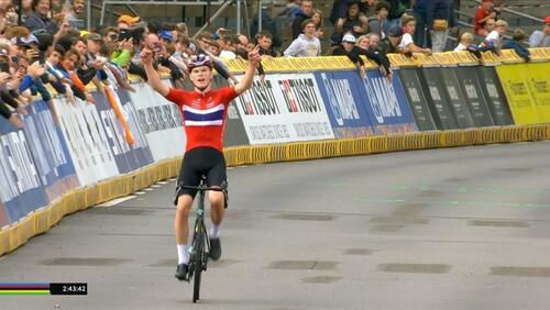 Per Strand Hagenes kan strekke armene i været og feire seieren i landeveisrittet for junior under VM i Belgia. Skjermdump fra TV2 Sport 2.