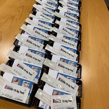 Bildet viser selvtester som er pakket og  klargjort hos Jevnaker Frivilligsentral.
