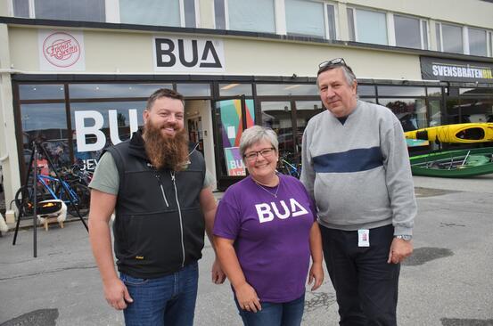 Bildet viser Øyvind Sogn, Monica A. Kornum og Odd Kjetil Berg utenfor BUA sine lokaler på Jevnaker.