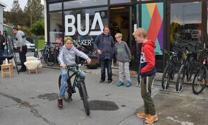 Bildet viser gutter som tester en sykkel utenfor BUA Jevnaker