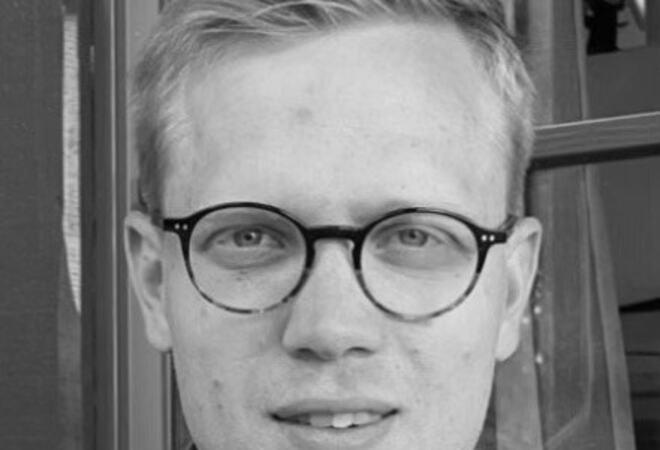 Bildet viser et portrett av Mads Holterbakken