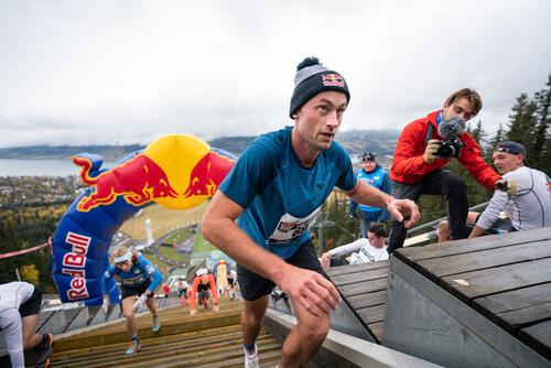 Petter Northug kjemper seg opp Lysgårdsbakken. Foto: Kyle Meyr / Red Bull Content Pool