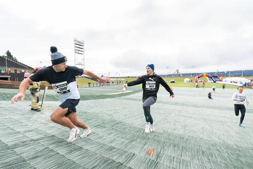 Karsten Warholm veksler med Petter Northug under Red Bull 400 på lørdag. Foto: Kyle Meyr / Red Bull Content Pool