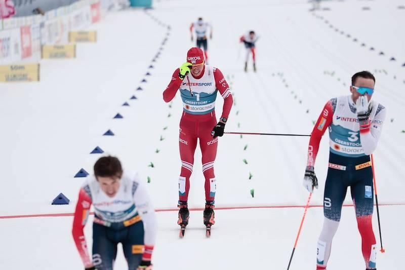 Det ble kluss på innspurten mellom Johannes Høsflot Klæbo, Alexandr Bolsjunov og Emil Iversen under femmil i VM 2021. Nå har FIS oppdatert regelverket. Foto: Modica/NordicFocus