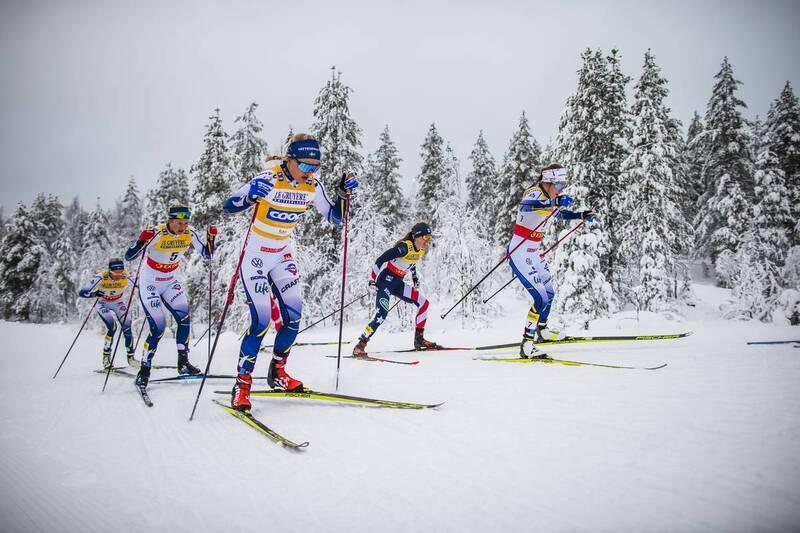 Linn Svahn, Ebba Andersson, Maja Dahlqvist og Ebba Andersson underveis i rennet som ender med at tre av dem faller i den siste nedoverbakken. Foto: Modica/NordicFocus.