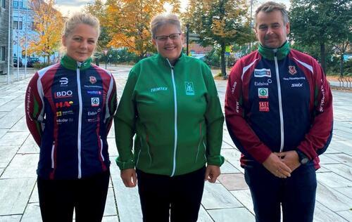Marthe Hafsahl Karset (f.v.), Barbro Tomter Dahlen i Rustad og Amund Wiken, sportslig leder i Vang Skiløperforening. Foto: Einar Busterud