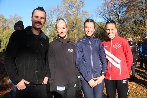 Henrik Ingebrigtsen sammen de 3 raskeste damene på 6 kilometer. Foto: Morten Dybdahl.