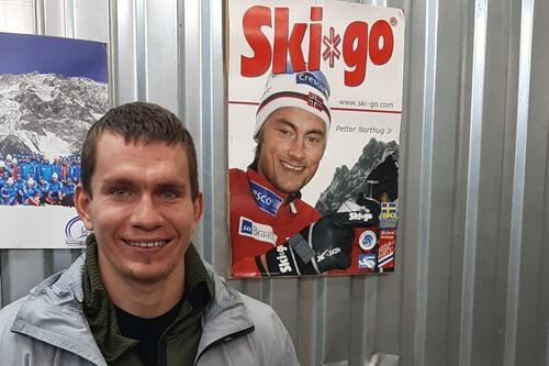 Alexander Bolshunov på besøk på Skigos lager i Moskva i dag, torsdag. Foto: Peter Wall