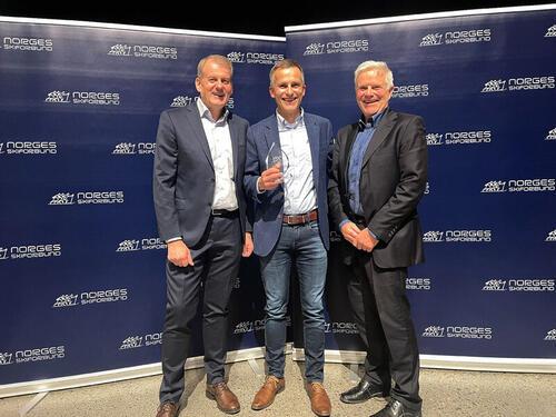 Skipresident Erik Røste, Yngve Thorsen (Equinor NC senior 2021) og arrangementsansvarlig i langrenn Asgeir Moberg. Foto: Norges Skiforbund