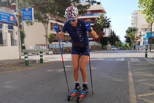 Kari Øyre Slind under rulleskiøkta på Mallorca søndag formiddag. I november sikter hun mot comeback på Beitostølen. Foto: Privat