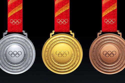 Dette er medaljene som skal deles ut under OL i Beijing. Foto: FIS